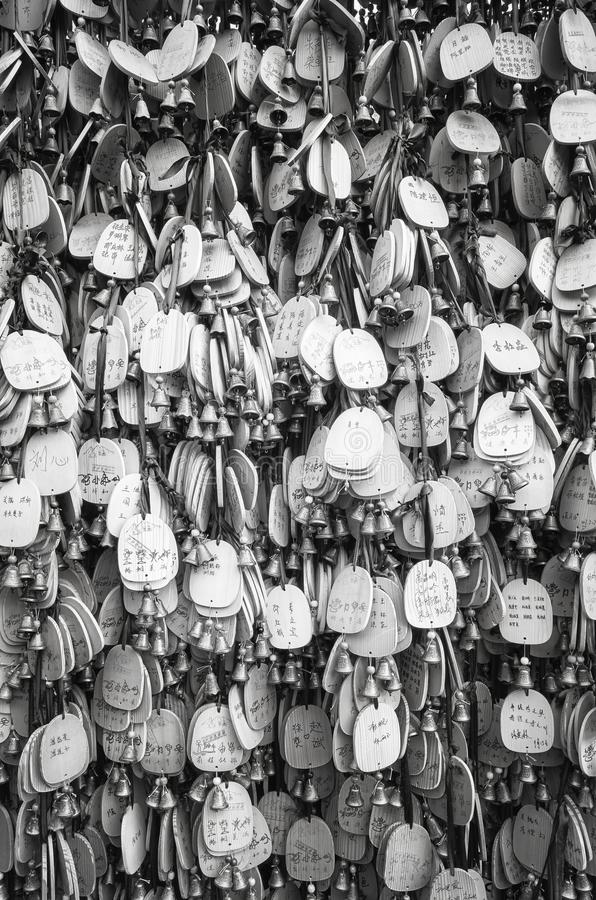 Böner och önskaen på träplattor hängde i en tempel arkivfoto