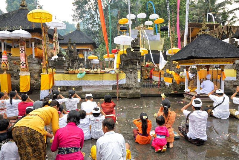 Böner på det Puru Tirtha Empul tempelet, Bali, Indonesien royaltyfria bilder