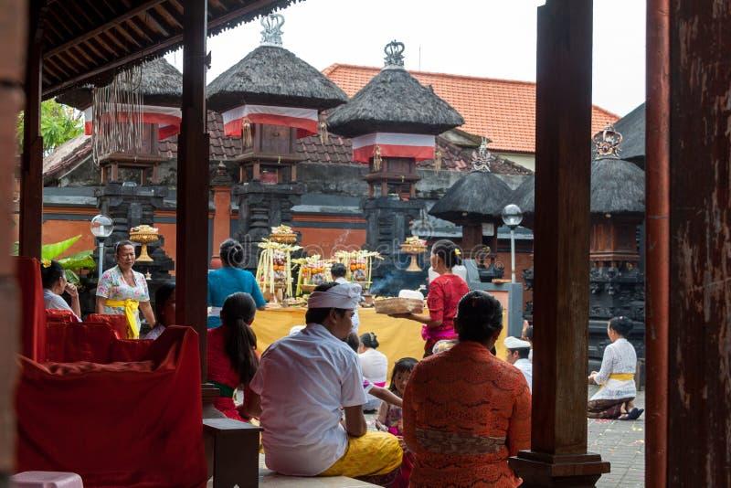 Böner på templet, Bali royaltyfri fotografi