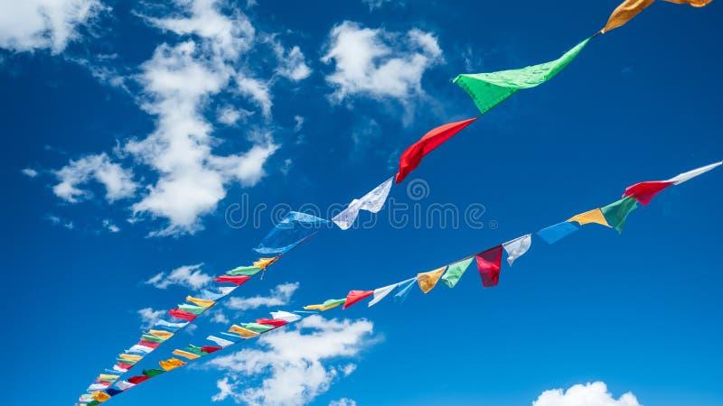 Bönflaggor blå himmel och moln, tibetan platå arkivbild