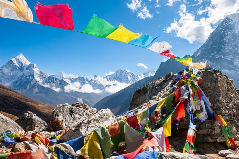 Bönflaggor på den Everest baslägertreken i Himalayas, Nepal arkivfoto