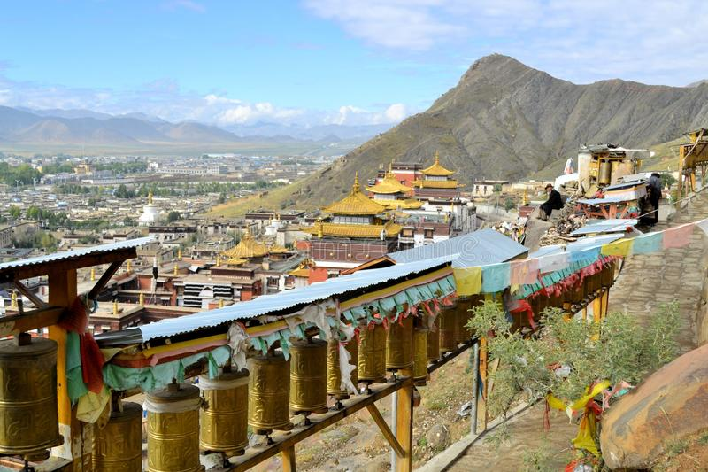 Bönhjul runt om kloster i Shigatse, Tibet royaltyfria bilder