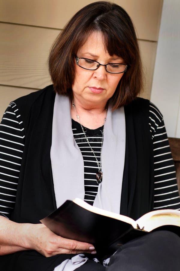 Bönkrigaren läser bibeln royaltyfria foton
