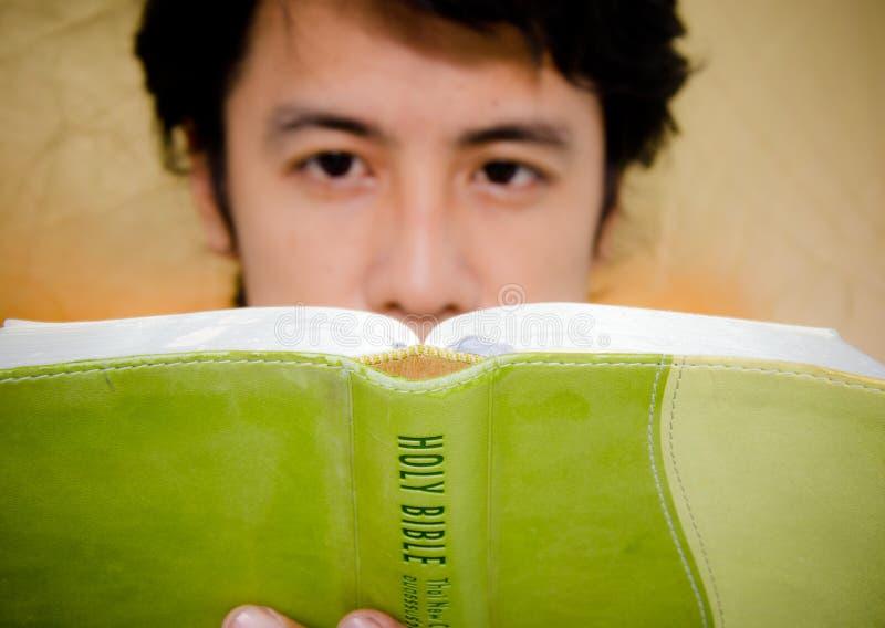 Bönkrigaren läser bibeln arkivfoton