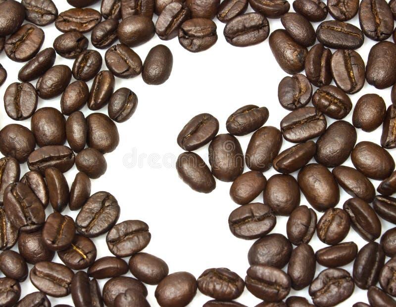 Bönorna för kaffe för c-mellanrum som de brunt grillade isoleras på vitbackgroun royaltyfria bilder