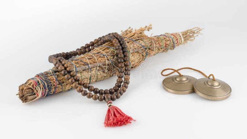 Bönpärlor med fläcken klibbar, och den tibetana Tingsha meditationen Sätter en klocka på. royaltyfria foton