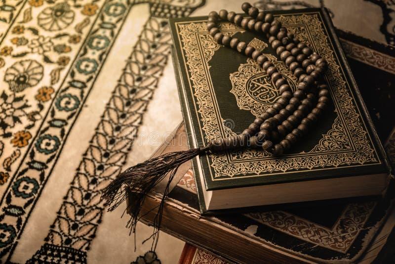 Bönpärlor på den heliga boken för Koranen av muselmaner royaltyfri foto