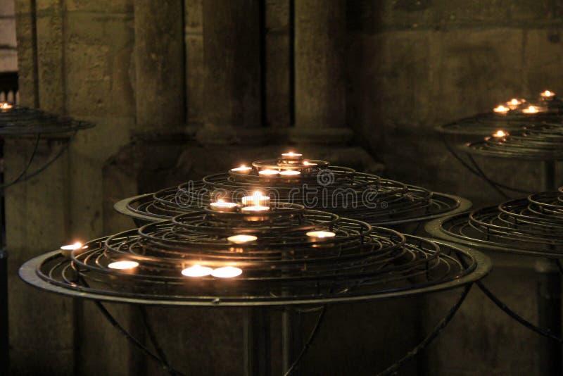 Bönstearinljusuppsättning på stora metallställningar royaltyfria foton