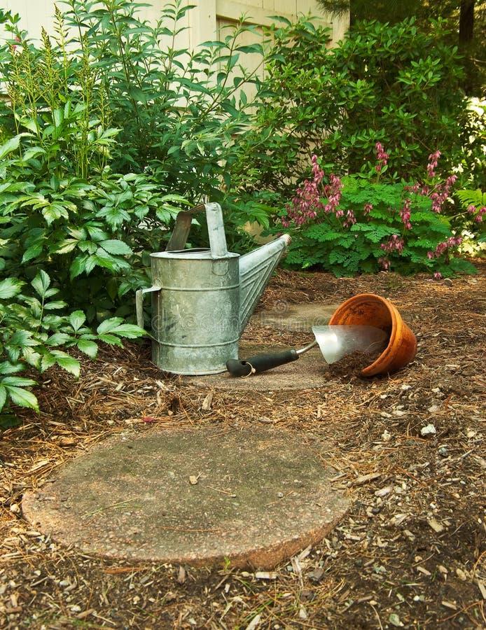 börja att arbeta i trädgården till att vänta arkivfoton