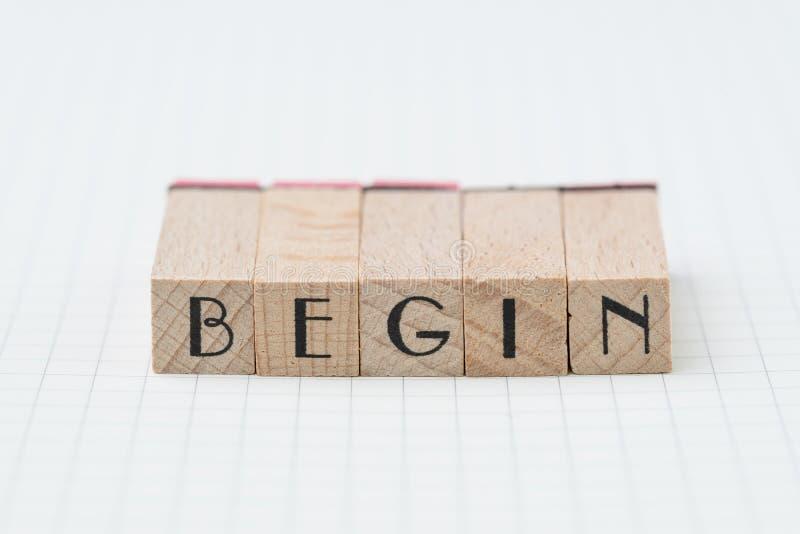 Börja debut, företag att upprätta, eller att starta egen affärsidé, BÖRJAR trästämpeln med alfabetet som bygger ordet, på rasterl arkivbild
