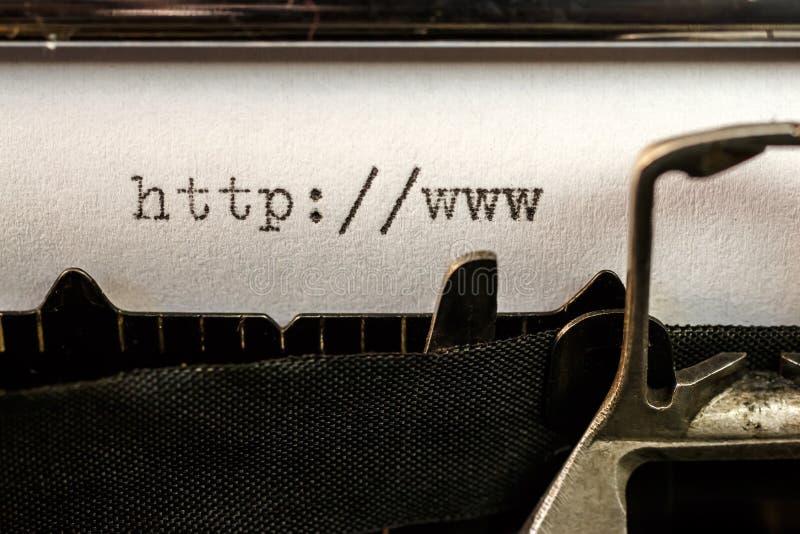 Börja för Url-text som är skriftligt vid den gamla skrivmaskinen royaltyfria bilder