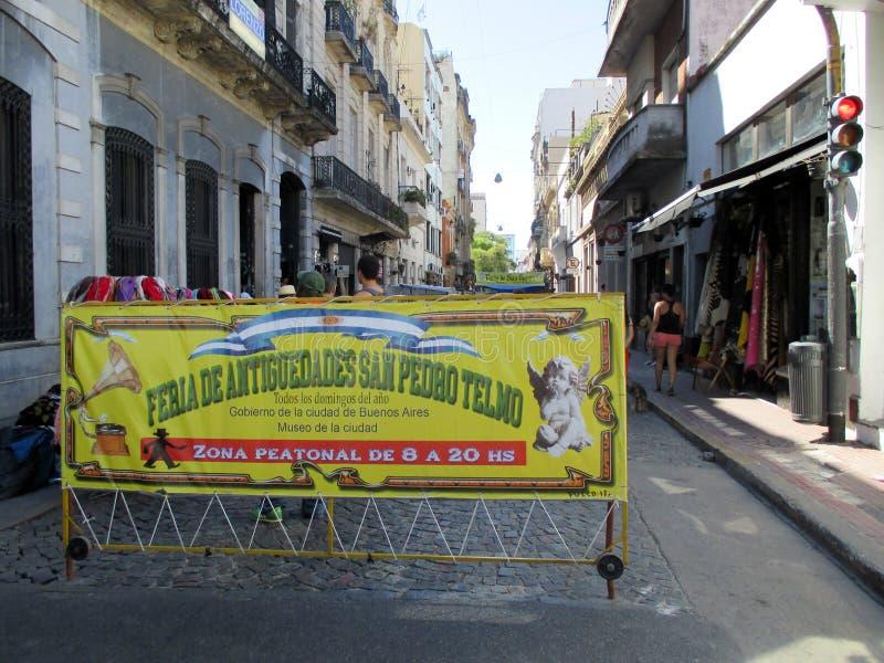 Början av den traditionella forntidmässan av San Pedro Telmo i fot- tanguero för gataDefensa Barrio i Buenos Aires arkivfoto