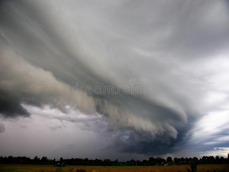 Början av en åskväder läskig sky Foto som hemma tas i fältet royaltyfri fotografi