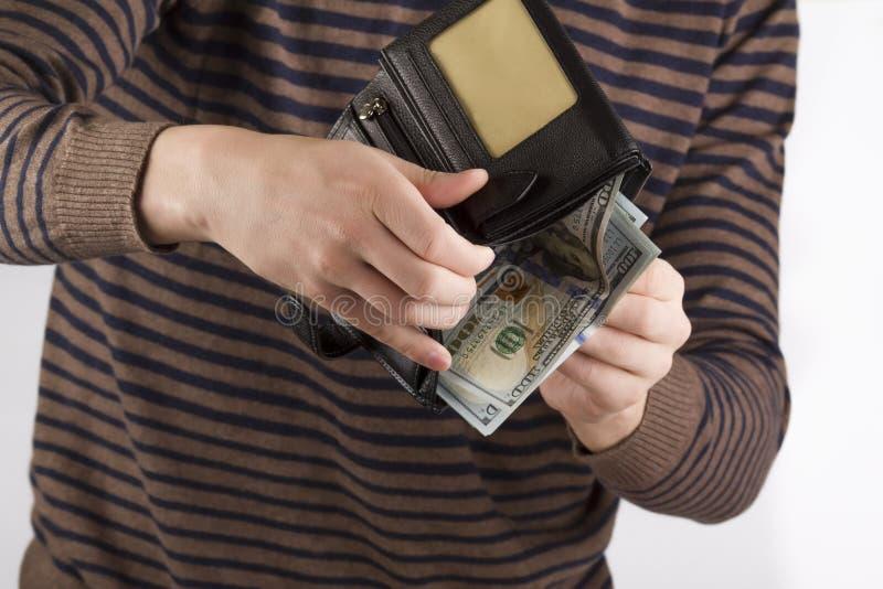 Börs med pengar i händerna av män, spendera pengar arkivbilder