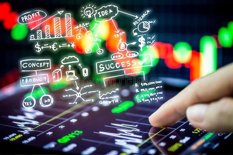 Börse, die mit digitaler Tablette aufpasst lizenzfreie stockfotografie