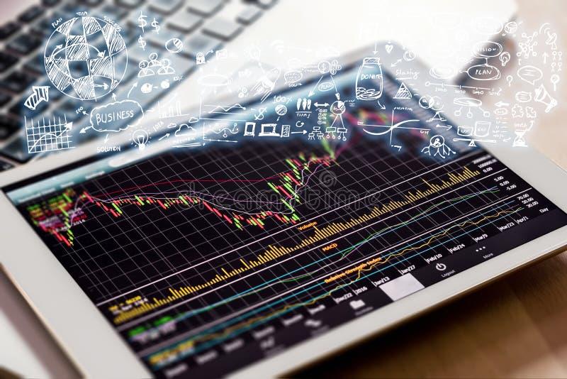 Börse, die mit digitaler Tablette aufpasst lizenzfreie stockbilder