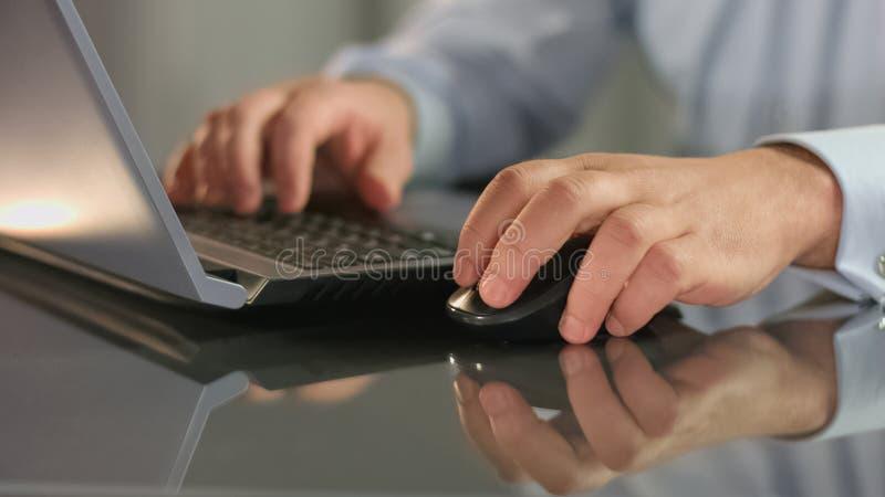B?rsemakler, der an der Laptopholding-Computermaus, Standort in einer Liste verzeichnend arbeitet stockbild