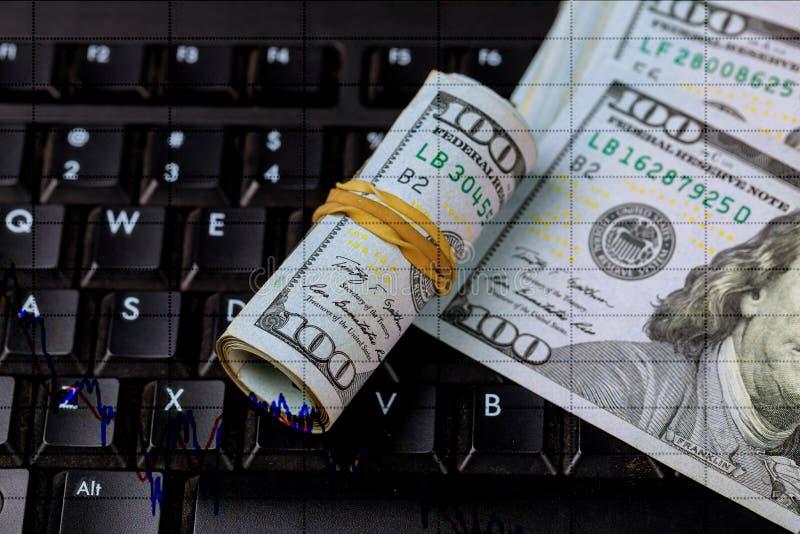 Börsenkursdiagramm Winkliges hundert US-Dollar Rechnungen über dem Diagramm Gerollte Rechnung, die auf einer anderen Rechnung lie stockbild