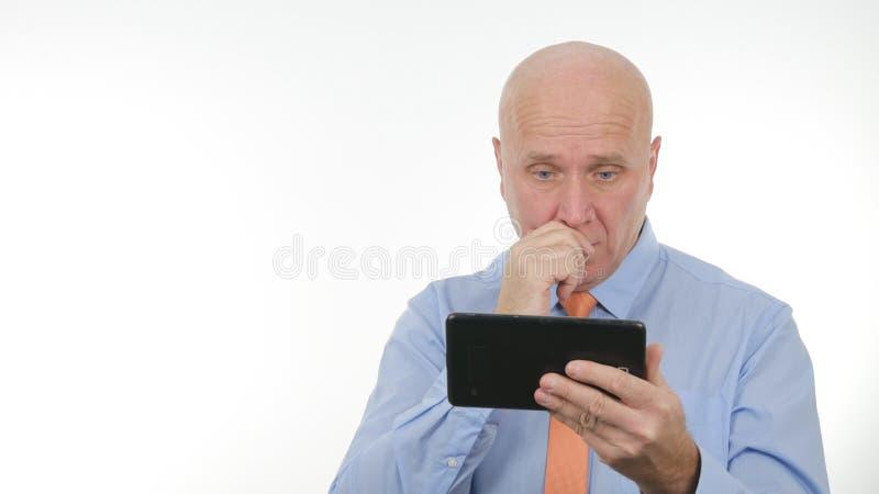 Börsennachrichten beteiligter Geschäftsmann-Reading Unbelievable Bads auf Tablet stockfotografie