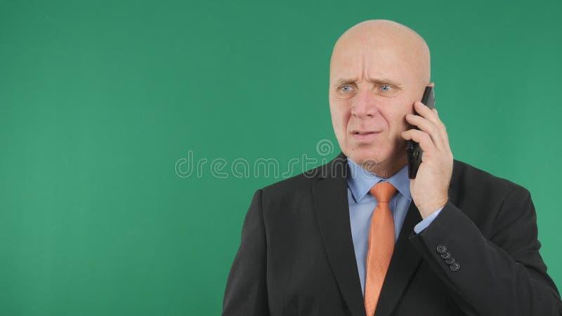 Börsennachrichten nervöser Geschäftsmann-Image Talking Bads am Handy stockbilder