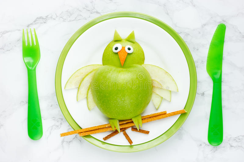 Búho verde de la manzana para la comida sana foto de archivo libre de regalías