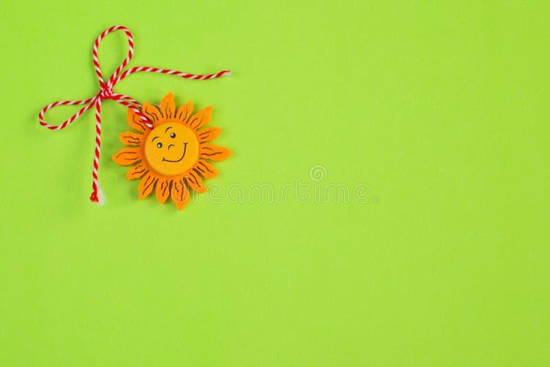Búlgaro Martenitsa y sol en fondo verde imagen de archivo libre de regalías