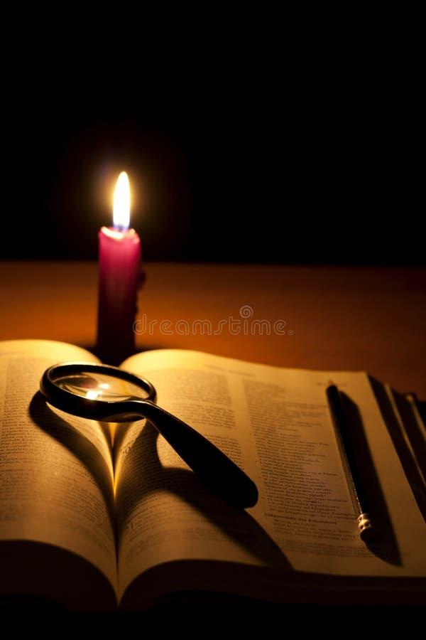 Búsqueda de la biblia y de la lupa de dios fotos de archivo