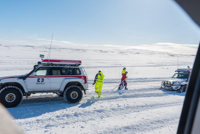 Búsqueda modificada de Nissan Patrol y camión del rescate de ICE-SAR que consigue listo para tirar de un coche pegado fotografía de archivo libre de regalías