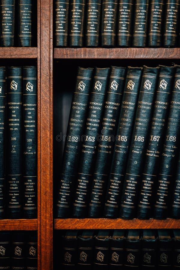 Bücher auf einem Regal an der New- Yorköffentlichen bibliothek in Midtown Manhattan, New York City lizenzfreie stockfotos