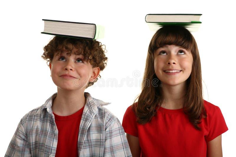 Bücher auf Kopf stockfoto