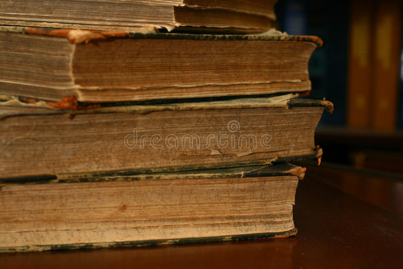 Bücher auf Tabelle stockbild
