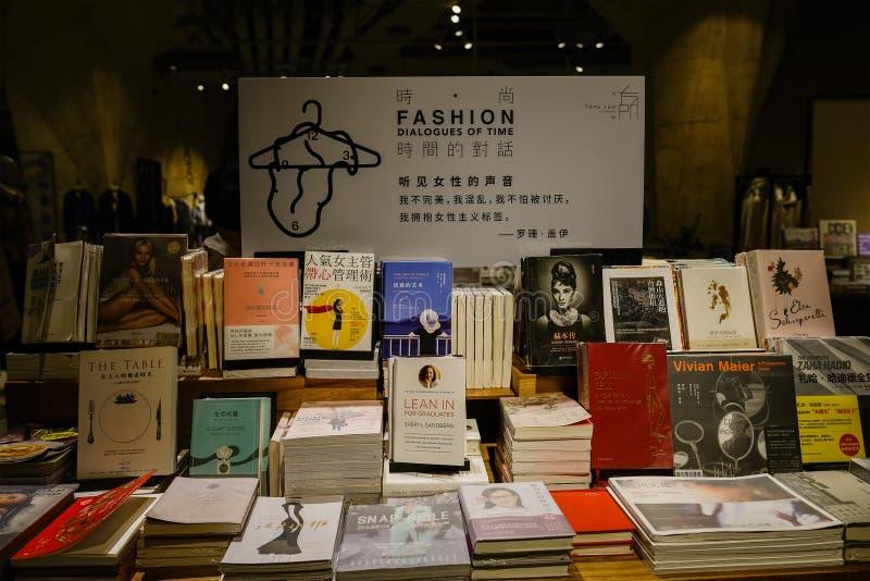 Bücher auf Tabelle in der Untertagebuchhandlung, China lizenzfreie stockbilder