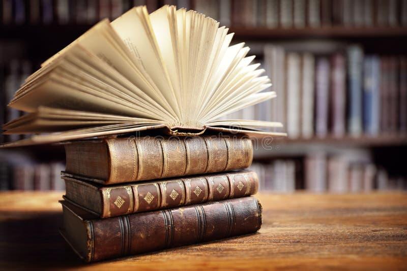 Bücher in der Bibliothek stockbild