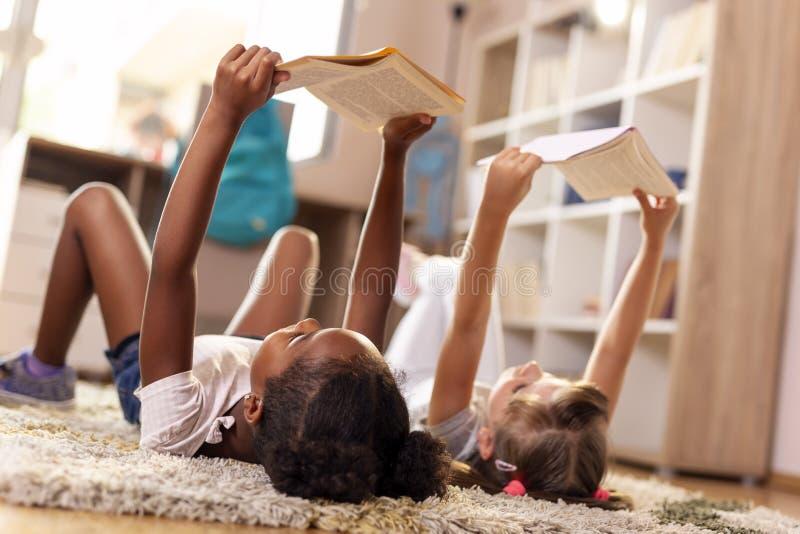 Bücher der kleinen Mädchen Lese lizenzfreie stockfotos
