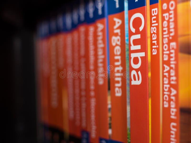 Bücher der Lonely Planet-Reihe auf dem Bücherschrank mit nur dem Buch von Kuba im Fokus stockbild
