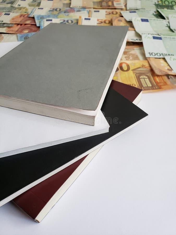 Bücher, europäische Banknoten von verschiedenen Bezeichnungen und Weißbuch lizenzfreie stockfotos