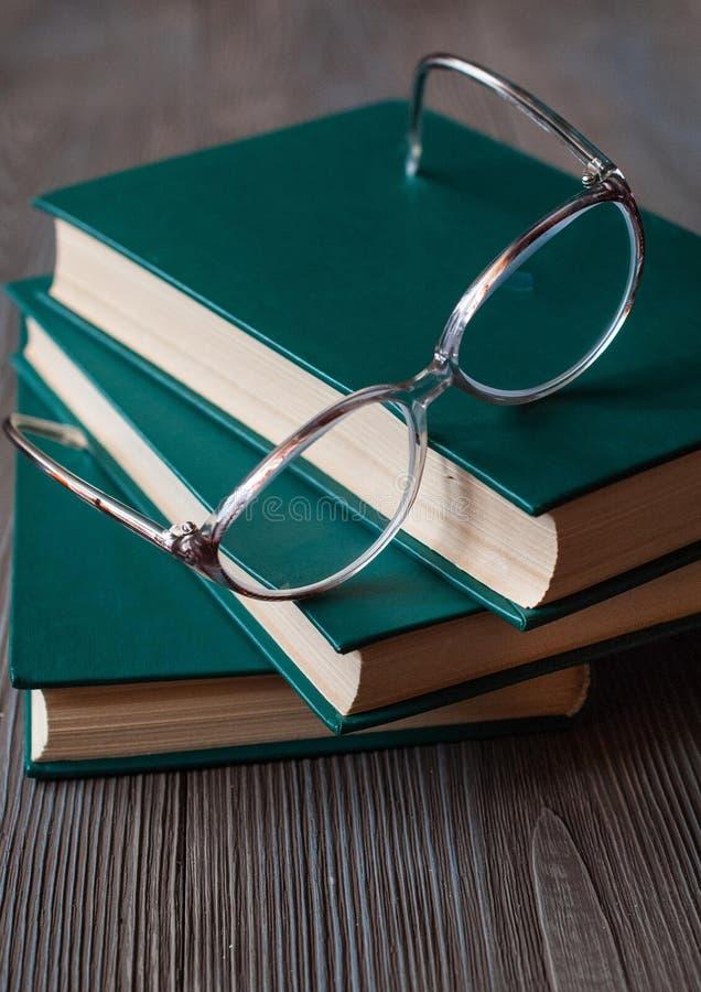Bücher für das Ablesen, pädagogische Literatur, Lesebrille lizenzfreie stockfotografie