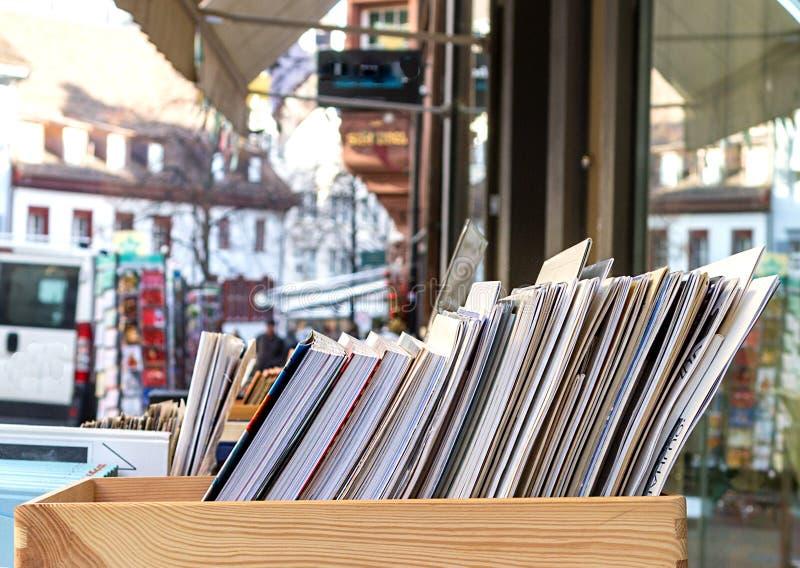 Bücher für Verkauf in einem Kasten stockfotos