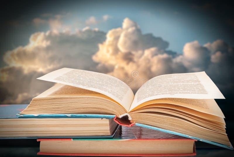 Bücher gegen den blauen Himmel mit Wolken lizenzfreie stockfotografie