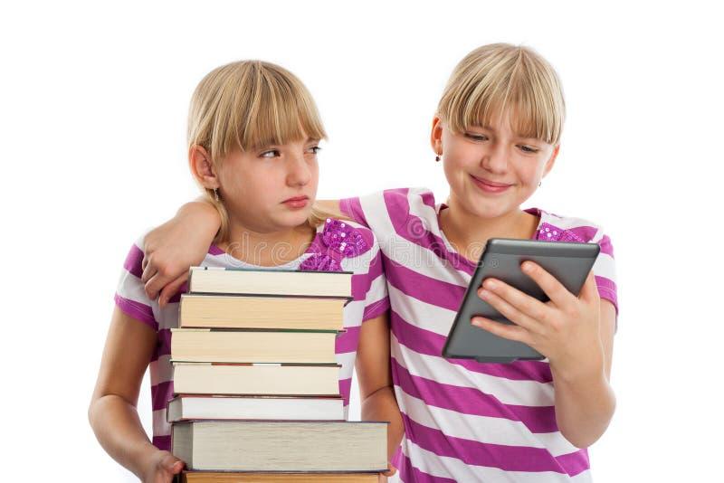 Bücher gegen ebook Leser stockbild
