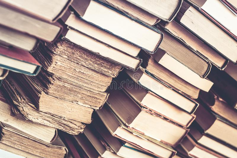 Bücher stapelten Hintergrund Stapel der alten Bücher stockbilder