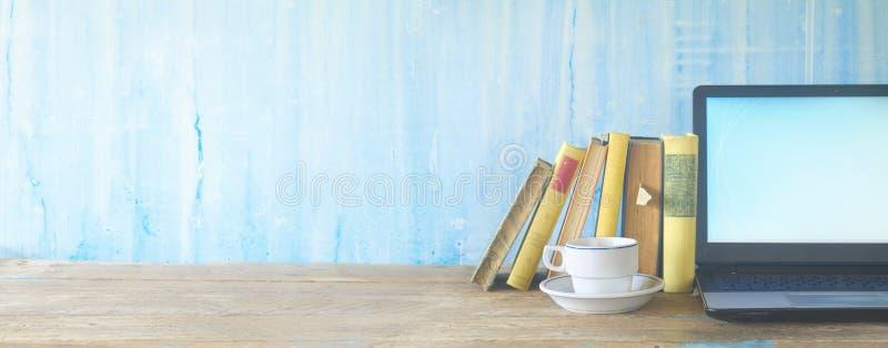 Bücher, Tasse Kaffee und Laptop, lernend, Bildung lizenzfreie stockbilder