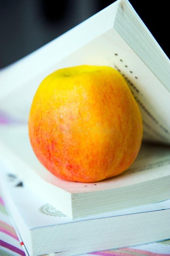 Bücher und Apfel stockfotografie