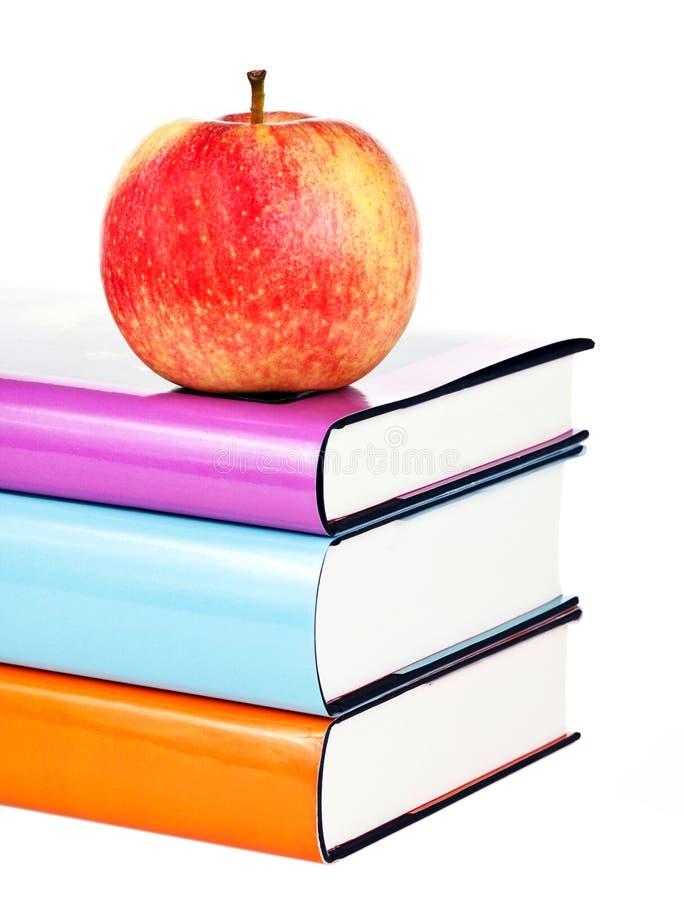 Bücher und Apfel lizenzfreie stockfotografie