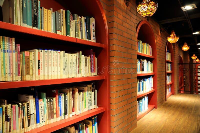 Bücher und Bücherregale in der Bibliothek lizenzfreie stockfotos
