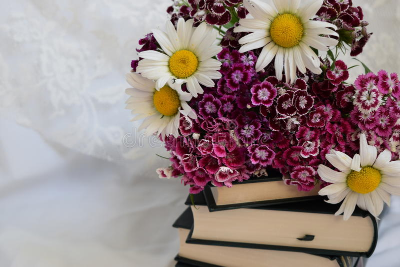 Bücher und Blumen lizenzfreie stockbilder