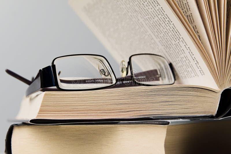 Bücher und Brillen stockfoto