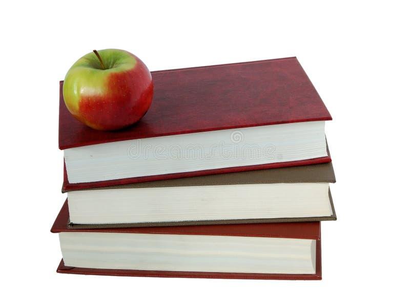 Bücher und ein Apfel lizenzfreie stockfotos