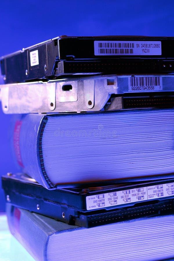Bücher und Festplattenlaufwerk lizenzfreie stockbilder