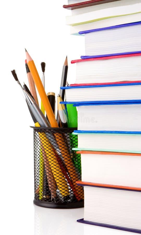 Bücher und Halterungkorb mit den Bleistiften getrennt lizenzfreie stockbilder